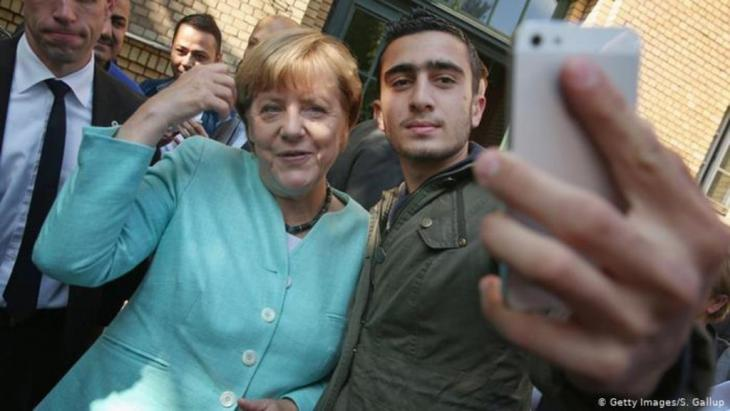 Angela Merkel with refugee Anas Modamani (photo: Getty Images/S. Gallup)