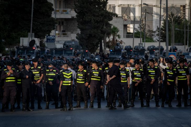 Security forces prevent protesters from making their way to government buildings in Amman's 4th circle, during a demonstration held near the 5th circle on 29.07.2020 to protest the decision to dissolve the teacher's syndicate and arrest its leaders (photo: Sherbel Dissi)
