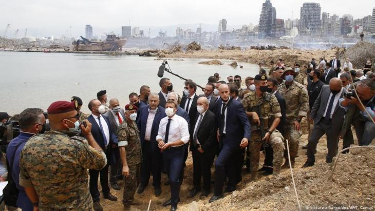 French President Emmanuel Macron visits the site of the August harbour explosion in Beirut (photo: picture-alliance/dpa/AP/T. Camus)