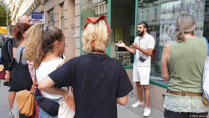 Raisan Hameed addresses a group on a street in Leipzig (photo: Nader Alsarras)