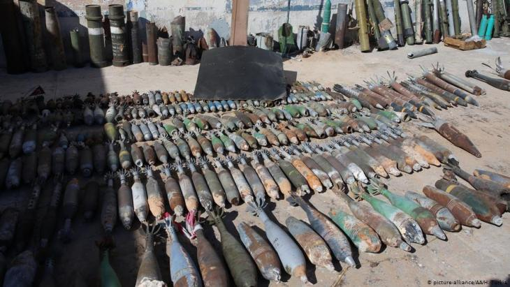 Rows and rows of shells and other ammunition lined up in Libya (photo: picture-alliance/AA/H. Turkia)