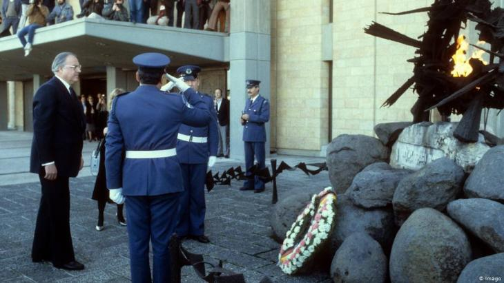Former German chancellor Helmut Kohl lays a wreath in front of the Knesset in 1984 (photo: Imago)