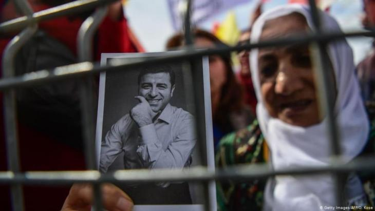 Demonstrating against the detention of Kurdish opposition leader Selahattin Demirtas (photo: Getty Images/AFP)