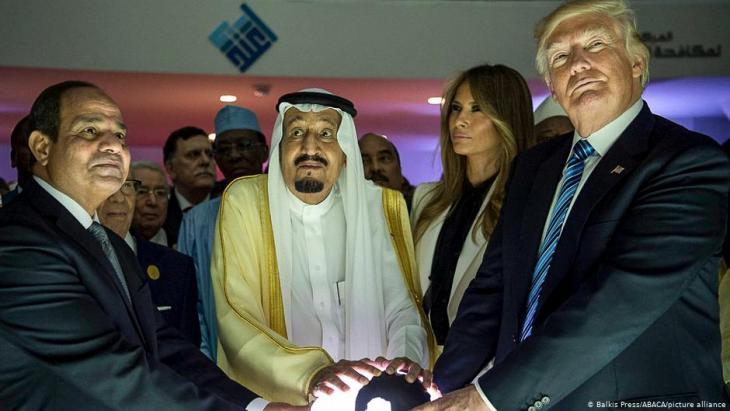 Egyptian President Abdul Fattah al-Sisi with King Salman of Saudi Arabia and U.S. President Donald Trump in Riyadh, 2017 (photo: picture-alliance/Abaca/Balkis Press)