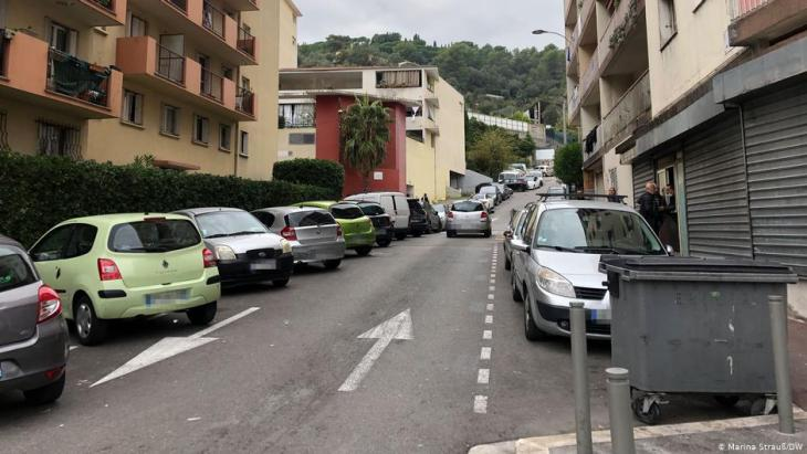 Khalid and his friends meet on this street in Nice's L'Ariane district. They did not wish to be photographed (photo: DW/Marina Strauß)
