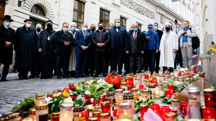 Mourners remember the victims of the attack in Vienna on 2.11.2020 (photo: Eibner Europa/Imago Images)