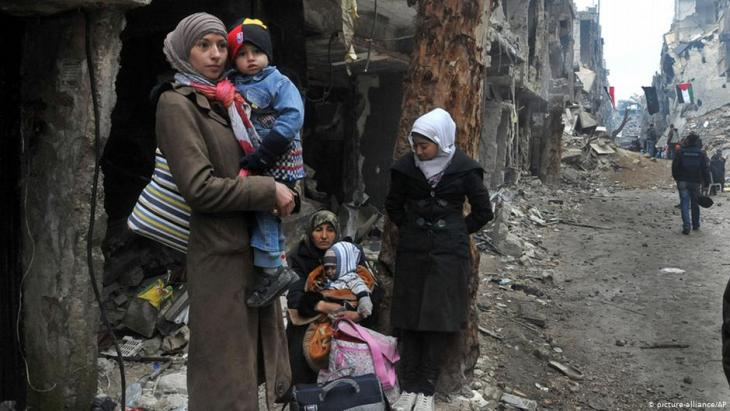 Palestinian refugees in Yarmouk refugee camp, Syria, following its destruction by IS: many subsequently relocated to Lebanon (photo: picture-alliance/AP)