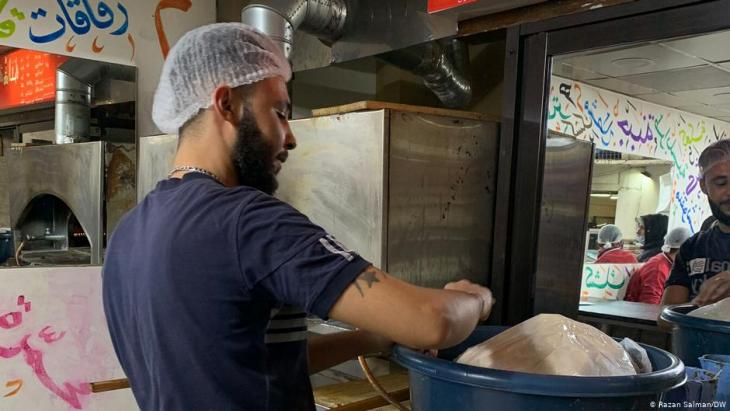 Employee at Mona Mallah's bakery in Beirut (photo: DW)
