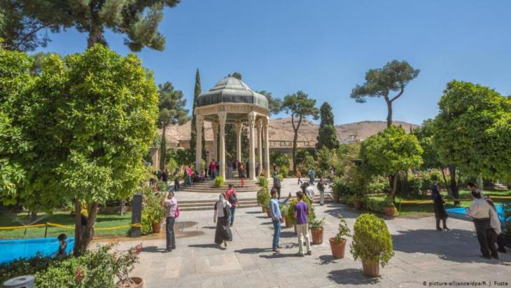 Hafez' mausoleum and gardens in Shiraz, Iran (photo: picture-alliance/dpa/R. J. Fusta)
