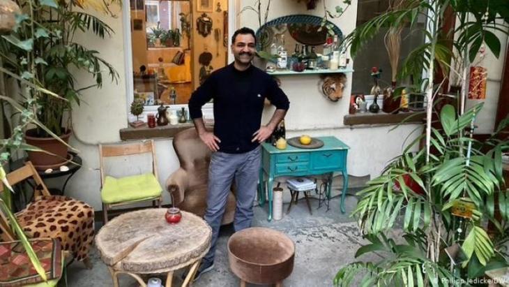 Saman Haddad in his 4telbar, where his career as cultural ambassador first began (photo: DW/Philipp Jedicke)