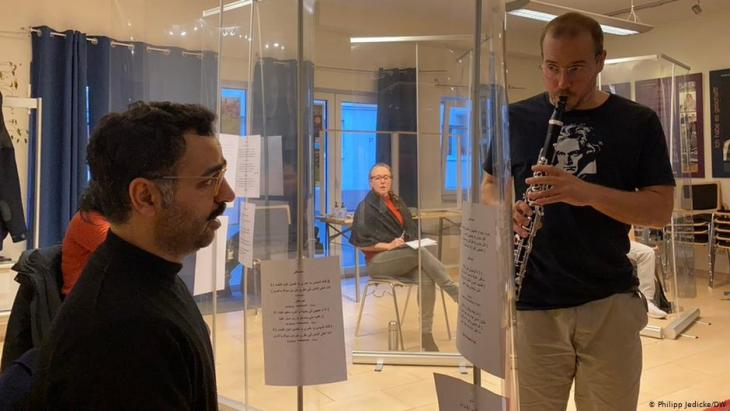"""Saman Haddad both organised and participated in the """"1001 Takt"""" workshop with the Beethoven Orchestra musicians playing music from the eastern tradition (photo: DW/Philipp Jedicke)"""