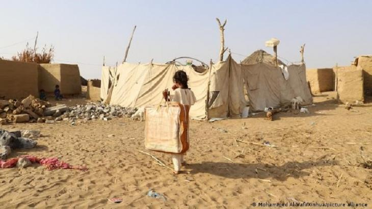 A displaced child carries a bag of blanket after she received it from a charity group in Hajjah Province, northern Yemen, on 12 January. 2021 (photo: Mohammed Al-Wafi/Xinhua/picture-allaince)