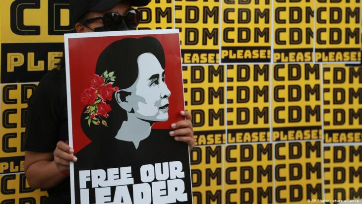 A protester holds a placard bearing the image of ousted leader Aung San Suu Kyi during an anti-coup protest outside the Hledan Centre in Yangon, Myanmar, on 21.02.2021 (photo: AP Photo)