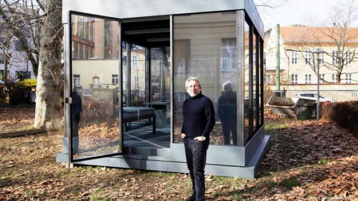 """The journalist Can Dundar, who lives in exile in Germany, in front of his installation. The Turkish journalist called his installation for the Maxim Gorki Theatre """"Prison of Thoughts"""" (photo: MAIFOTO / Ute Langkafel )"""