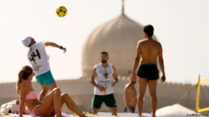 Dubai tourists on the beach (photo: Karim Sahib/AFP)