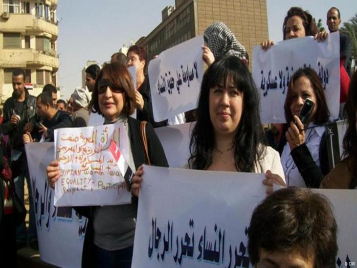 Women demonstrating in Cairo 2012 (photo: Ahmed Abo Elqasem/DW)