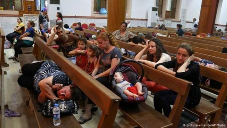 Displaced Christians fleeing Islamic State seek shelter in St. Joseph's Church, Irbil (photo: picture-alliance/AP Photo)