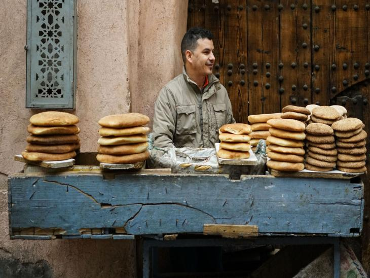 Selling bread in Marrakesh bazaar (photo: Marian Brehmer)
