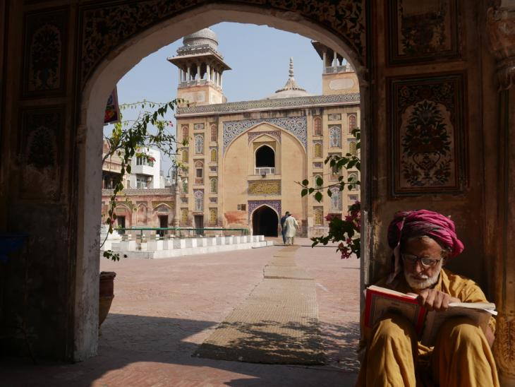 Koran reading in the Wazir Khan Mosque, Old City of Lahore (photo: Marian Brehmer)