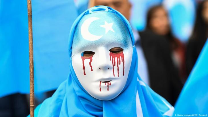 A demonstrator protesting against China's treatment of uighurs (photo: Getty Images/AFP/E. Bunand)