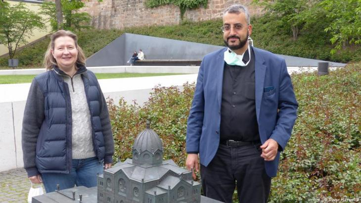 Monika Bunk and Bilal El-Zayat in the Garden of Remembrance in Marburg. The synagogue there was burnt down by the Nazis in 1938 (photo: Oliver Pieper/DW )