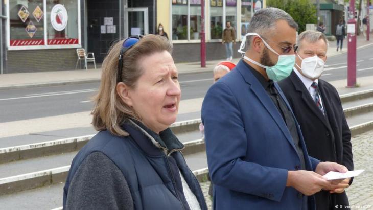 Monika Bunk and Bilal El-Zayat with the Mayor of Marburg (photo: Oliver Pieper/DW)