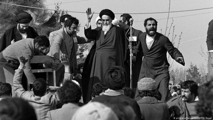 Leader of the Islamic Revolution: Ayatollah Khomeini after returning from exile in France (photo: picture-alliance/dpa/AFP/G.Guval)
