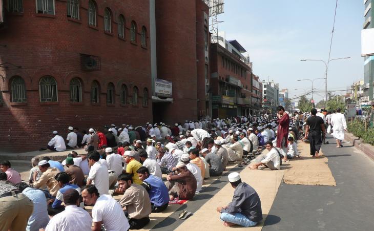 Mosque on Mirpur Road in Dhaka (photo: Dominik Muller)