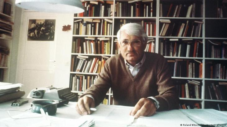 Jurgen Habermas in his office in 1981 (photo: Roland Witschel/dpa/picture-alliance)