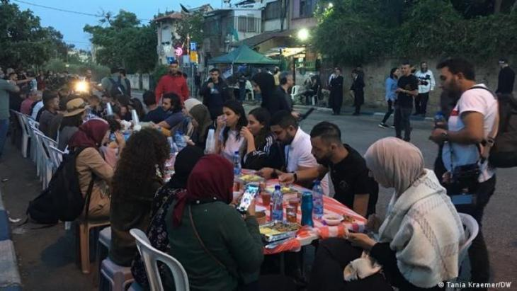 Palestinians and Jewish settlers confronted each throughout the evening iftar meal in Sheikh Jarrah (photo: Tania Kraemer/DW)