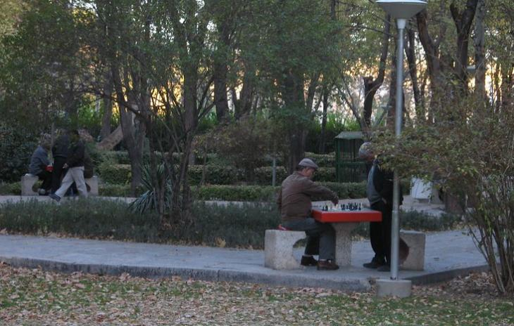 Old men playing chess in a park in Isfahan, 3.12.2007 (photo: Ivan Mlinaric/Attribution 2.0 Generic (CC BY 2.0)