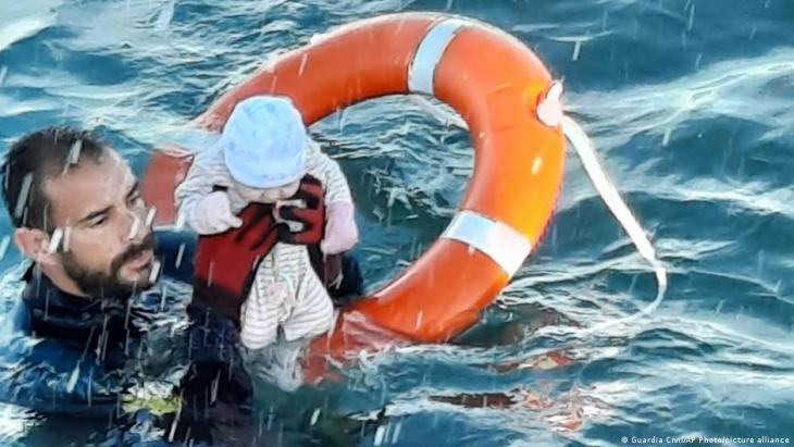 A Spanish Guardia Civil diver rescues a baby from the water on 18 May 2021 (photo: Guardia Civil/AP Photo/picture alliance)
