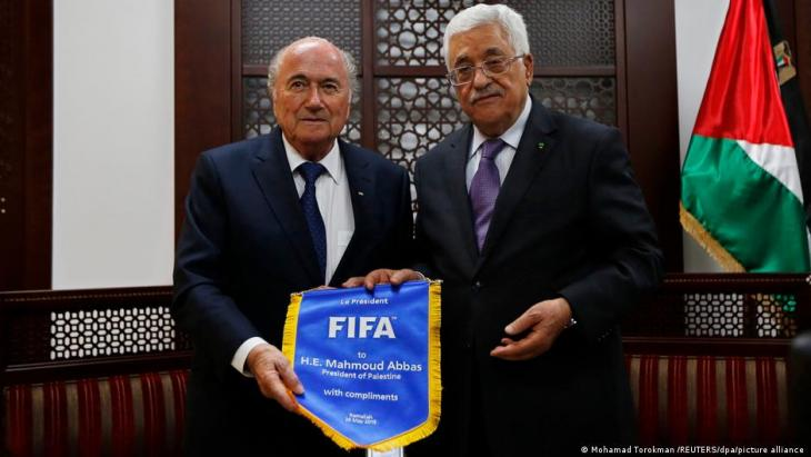 An advocate of Palestinian football: ex-FIFA President Blatter (l.) in 2015 with Palestinian President Abbas (r.) (photo: Mohamed Torokmah/Reuters/Picture Alliance)