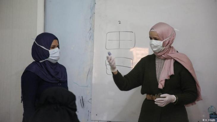 Since 2018, Huda Khayti (right) has been running the women's centre in Idlib - among other things, they also do educational work there on the topic of coronavirus (photo: H. Khayti)