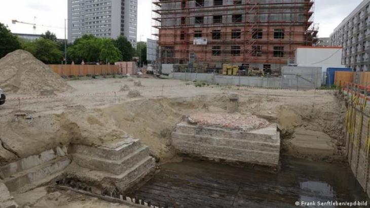 View of the House of One building site showing the historic remains of the Petrikirche (photo: Frank Senftleben/epd-bild)