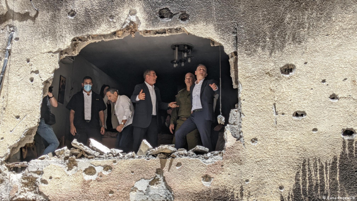 German Foreign Minister Heiko Maas visits Israel and inspects the damage to an Israeli apartment building (photo: Dana Regev/DW)