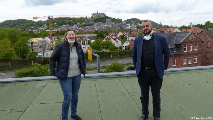 Monika Bunk and Bilal El-Zayat on the roof of the mosque, with Marburg Castle in the background (photo: Oliver Pieper/DW)
