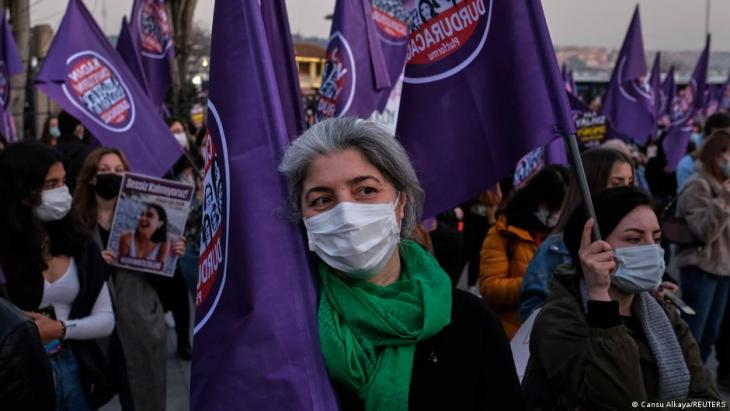 Demonstrators wearing face masks to prevent the spread of the coronavirus disease (COVID-19), take part in a protest against femicide and violence against women, in Istanbul, 5 March 2021 (photo: Reuters/Cansu Alkaya)
