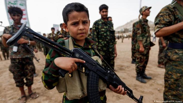 Child soldiers in Yemen holding weapons (photo: Getty Images/AFP/M. Huwais)