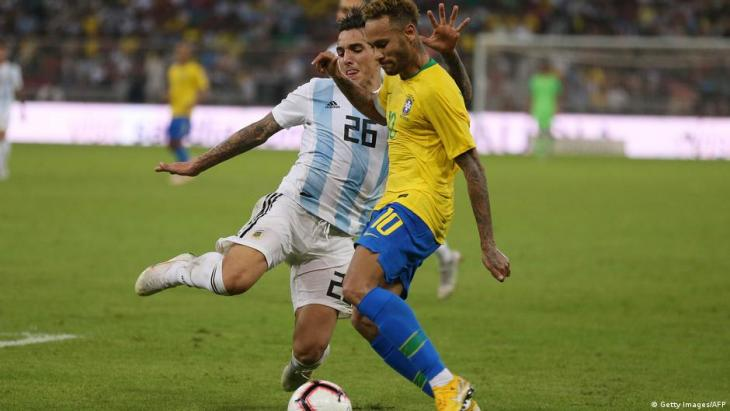 Brazilian forward Neymar (right) in a duel with Argentine defender Renzo Saravia (left) during a friendly match in Saudi Arabia (photo: Getty Images/AFP)