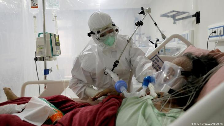 A nurse assists a patient suffering from the coronavirus disease (COVID-19) at the Intensive Care Unit at a hospital in Bogor, Indonesia, 26 January 2021 (photo: Willy Kurniawan/Reuters)