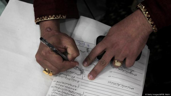 Pakistani bridegroom signs Muslim marriage contract (photo: Getty Images/AFP/B. Mehri)