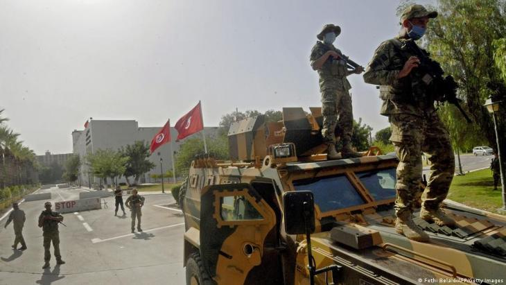 Tunisian soldiers guard the Tunisian parliament (photo: Fethi Belaid/AFP/Getty Images)