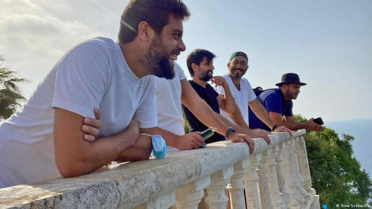 Four smiling members of the Minteshreen movement in Lebanon (photo: Sina Schweikle)
