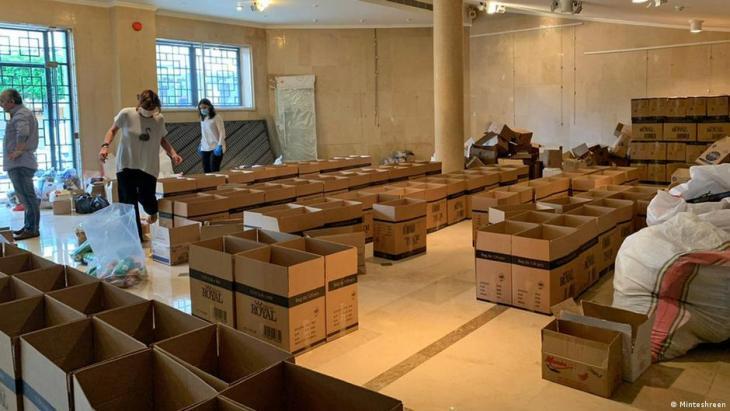 Members of the Minteshreen movement filling cardboard boxes (photo: Minteshreen)