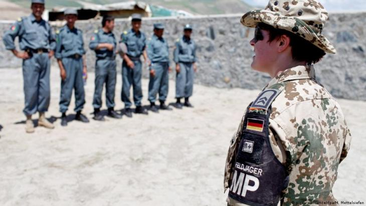 A female soldier of the German military police trains Afghan colleagues together with German police officers of the so-called German Police Training Team (GPPT) in Feisabad in Badakhshan province in northern Afghanistan on 30 May 2009 (photo: picture-alliance/dpa/Marcel Mettelsiefen)