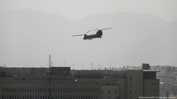 U:S. Chinook helicoter deployed to evacuate diplomatic staff above the U.S. embassy in Kabul (photo: Rahmat Gul/AP Photo/picture-alliance)