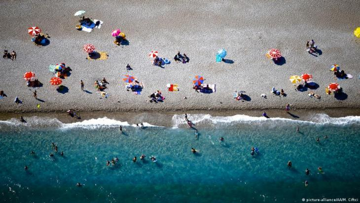 Sparsely populated beach at Antalya, Turkey (photo: picture-alliance/AA)