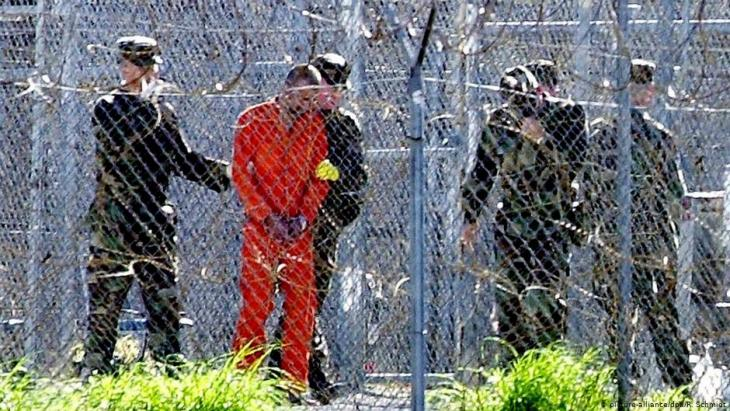 A prisoner being led away in Guantanamo (photo: picture-alliance/dpa/R.Schmidt)