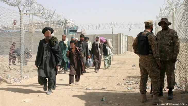 Hazara refugees cross the border from Afghanistan into Pakistan at Chaman (photo: Saeed Ali Achakzai/Reuters)